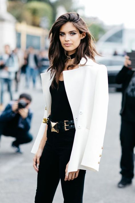 Blazer branco + total black. Look fashionista.