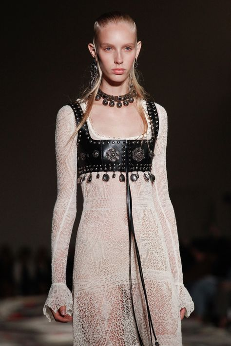 McQueen Spring 2017 Ready-to-Wear Fashion Show See detail photos for Alexander McQueen Spring 2017 Ready-to-Wear collection.See detail photos for Alexander McQueen Spring 2017 Ready-to-Wear collection.