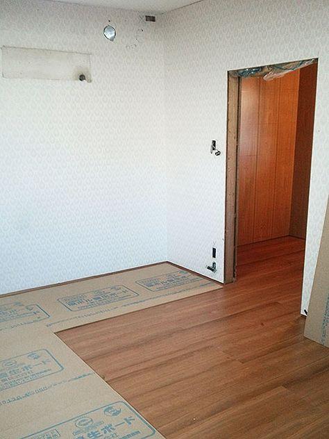 フローリングを貼って養生ボードできれいにカバーしてから壁や天井の