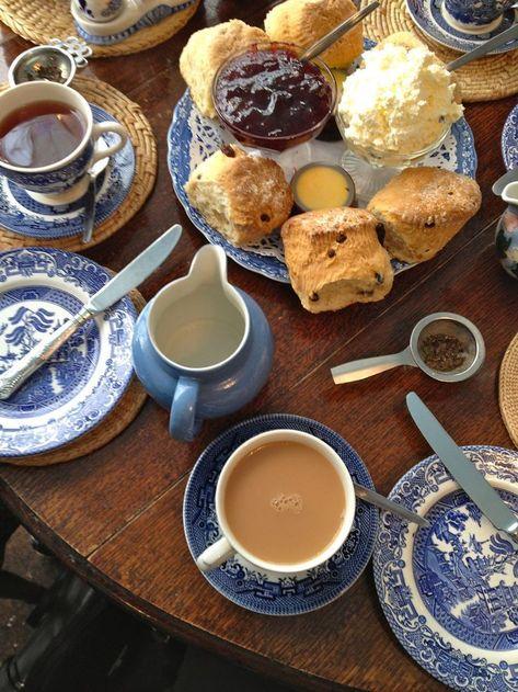 Tea with scones: willow pattern Good Food, Yummy Food, Tasty, Breakfast Desayunos, Aesthetic Food, Snack, Tea Time, Cravings, Food Porn