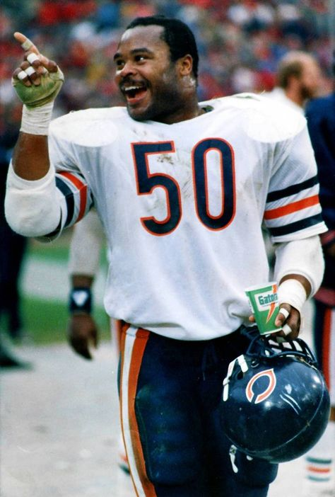 Mike Singletary of the Chicago Bears. Nfl Football Players, Bears Football, Baseball, Football Memes, Chicago Bears Pictures, 1985 Chicago Bears, Chicago Cubs, Bears Packers, Mike Singletary