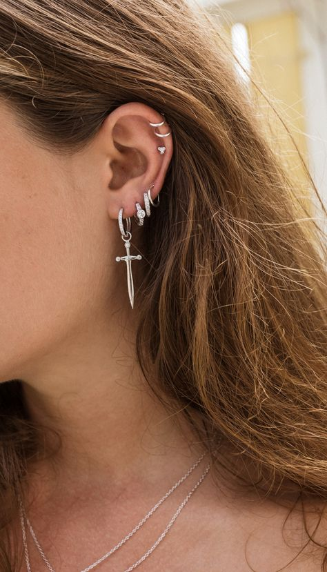 how to apply bling When you start to get bored about your dressing style, it is time to apply earrings to diminish the pair of eye-catching earrings can always invigorate an ordinary Pretty Ear Piercings, Ear Peircings, Ear Piercings Rook, Tongue Piercings, Ear Jewelry, Cute Jewelry, Jewelry Accessories, Jewlery, Grunge Jewelry
