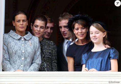 La princesse Caroline de Hanovre avec ses enfants Charlotte, Pierre et Andrea Casiraghi et la princesse Alexandra de Hanovre le 19 novembre 2011 au balcon du palais princier à Monaco lors de la Fête nationale.