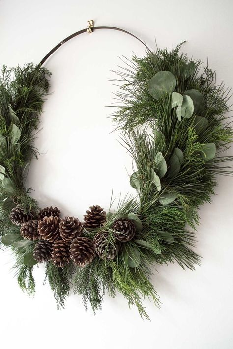 Make a giant DIY rustic Christmas wreath! Making your own Christmas decorations is a great way to decorate for Christmas on a budget, and this large, natural Christmas wreath is no exception. This post shows you how to make your own Christmas wreath using Diy Snowman Decorations, Easy Christmas Decorations, Christmas Wreaths To Make, Holiday Wreaths, Ornaments Ideas, Rustic Christmas Ornaments, Noel Christmas, Simple Christmas, Christmas Crafts