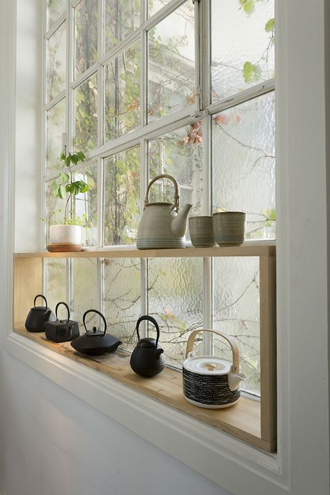 <span>El marco de la clásica ventana de vidrio repartido se optimizó con el agregado de la repisa de madera. </span></p>