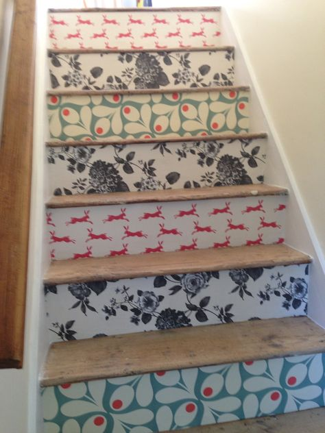 Staircase craft DIY: patterned staircase with wallpapered stair risers