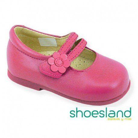 4fdd11c5b06 Zapato tipo merceditas para niña en piel rosa fucsia con cierre de velcro  fabricada en España
