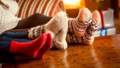 في فصل الشتاء ومع انخفاص درجات الحرارة يزداد الشعور بالبرد وخاصة الأطراف فهي من أكثر أجزاء الجسم تضررا Holiday Traditions Family Best Holiday Movies Stay Warm