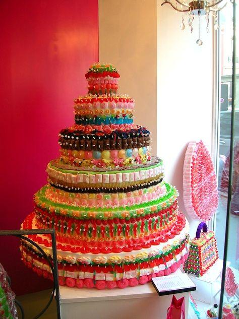 Torta Arcobaleno, ovvero l'esplosione di colori e sapori! Ecco qui la ricetta e un pratico tutorial per realizzare questa torta veramente spettacolare!