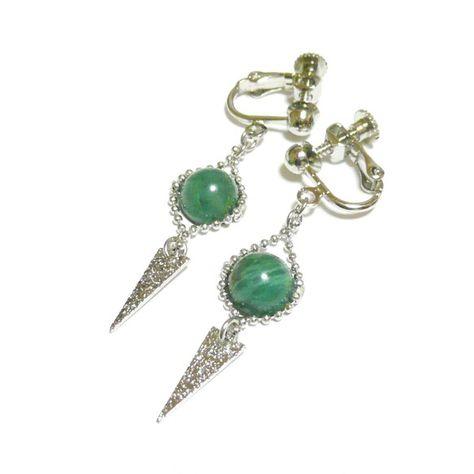 萌える緑のきらめき。エメラルドの耳飾りは如何でしょう?キラキラきらめくトライアングルチャームと共にお楽しみ下さい・・・。・・・・・・・・・・・・・・・~製品概... ハンドメイド、手作り、手仕事品の通販・販売・購入ならCreema。
