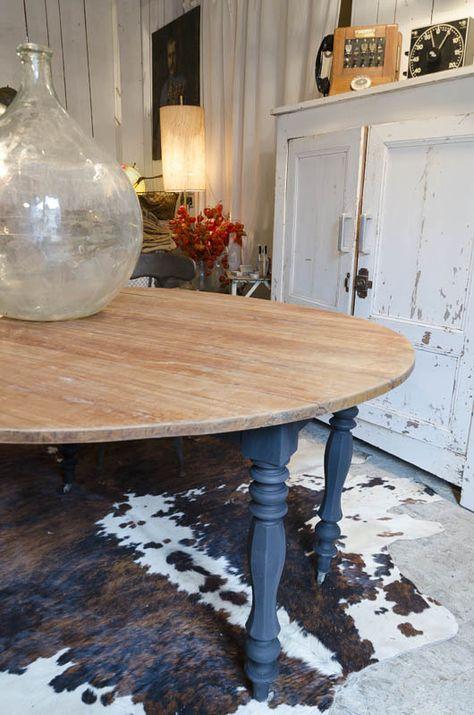 Table ronde  Table ronde à volets (2). Plateau en bois naturel. Pieds tournés repeints en noir mat. Roulettes sur chaque pied.  Livraison : me contacter.