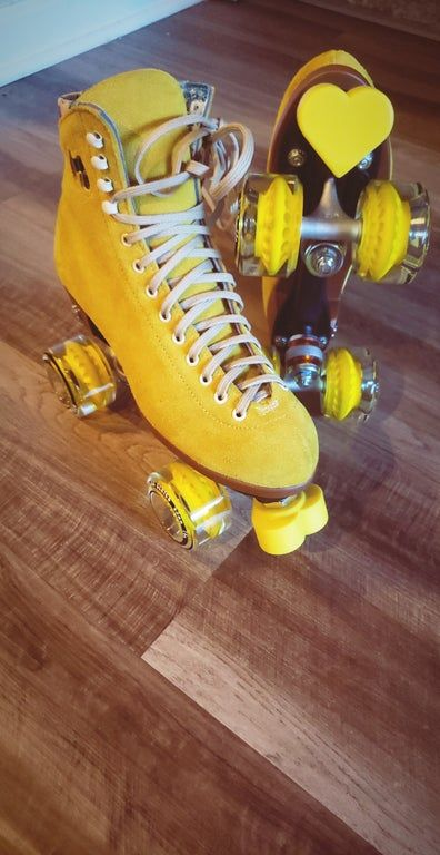 Moxi Lolly Outdoor Roller Skates in Pineapple with yellow heartstopper toe stops Outdoor Roller Skates, Retro Roller Skates, Roller Skate Shoes, Quad Roller Skates, Roller Disco, Roller Skates For Sale, Roller Derby Girls, Skater Girl Outfits, Skater Girls