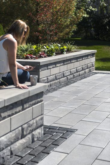 U Cara Pitched Seat Wall With U Cara Smooth Accents And Umbriano Paver Front Door Landscaping Concrete Patio Designs Patio Stones