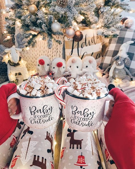 Modern Christmas Decoration Ideas That Are the Classic Blend of Luxurious Sophistication - weihnachten-neujahr Cosy Christmas, Modern Christmas Decor, Christmas Feeling, Christmas Aesthetic, Merry Little Christmas, All Things Christmas, Christmas Time, Christmas Decorations, Days Until Christmas