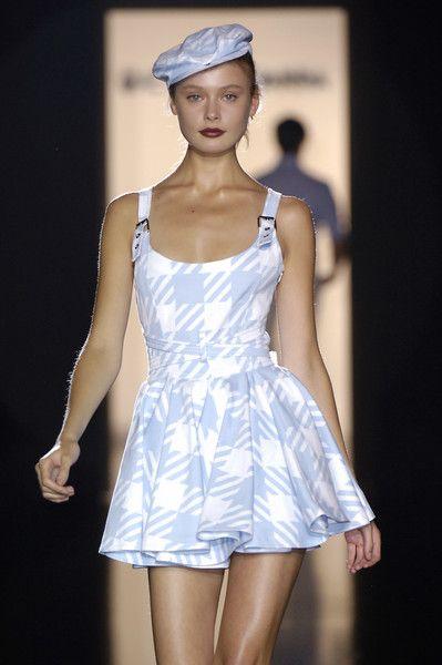 Gaetano Navarra at Milan Fashion Week Spring 2006 - Livingly 2000s Fashion, Look Fashion, High Fashion, Fashion Show, Fashion Outfits, Fashion Design, Couture Fashion, Runway Fashion, Fashion Models