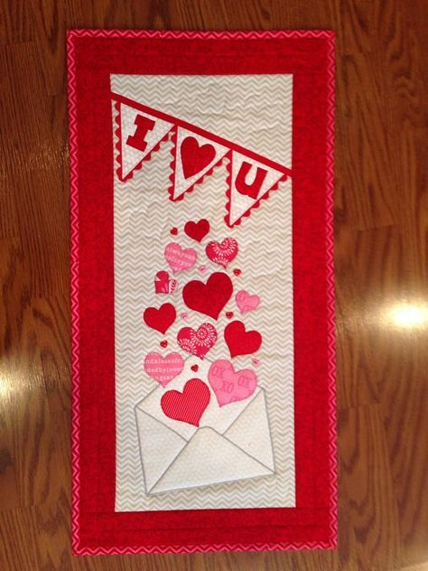 Valentine S Day Quilt Thefabricbin Valentine Table Runner Wall Quilts Seasonal Wall Hangings