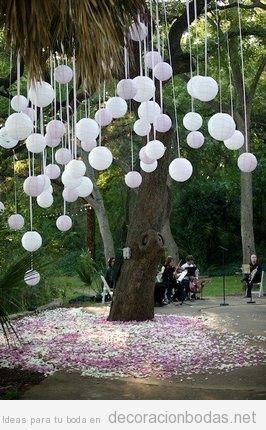 Globos y cintas cayendo de árboles, ideas para decorar una boda en jardín   Decoración bodas   Decoración de bodas originales