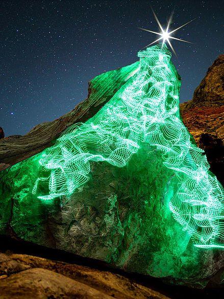 Un Fotografo Escalador Crea Largas Exposiciones De Si Mismo Con Luces Led Con Imagenes Exposiciones Luz Led A Traves Del Espejo