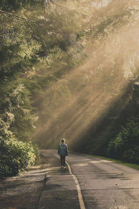 marcher seule sur une route, perdue au milieu de nulle part, sous les rayons du soleil.... #ontheroad #sunshine #alone