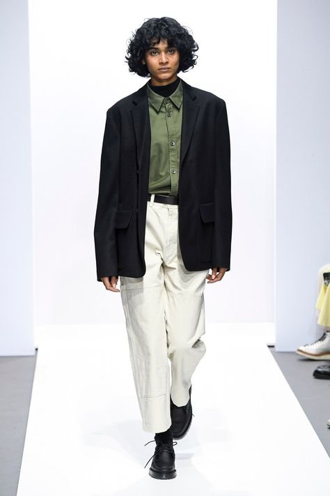 The complete Margaret Howell Fall 2018 Ready-to-Wear fashion show now on Vogue Runway. Not sure if this is a man or woman - just the way I like it - genderless style