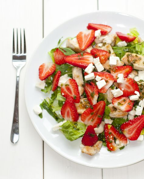Rucolasalat mit Erdbeeren, Feta und Hühnchen
