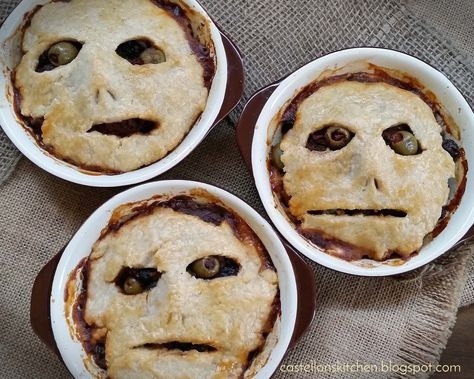 Sixpence Meat Pies (Picadillo Pot Pies) - Best Recipes All World Halloween Snacks, Hallowen Food, Halloween Baking, Halloween Dinner, Halloween Goodies, Halloween Birthday, Halloween 20, Halloween Decorations, Spooky Food