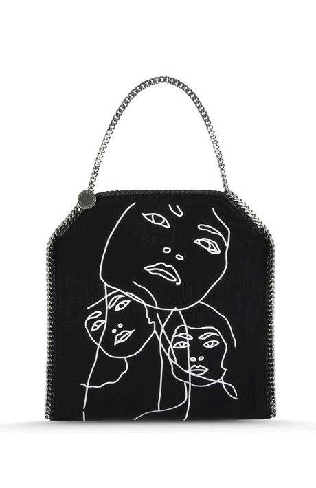 Falabella focus, una delle borse più iconiche degli ultimi anni, un design unico che si rinnova a ogni stagione regalando piccoli e grandi cambiamenti: colori, modelli, tessuti...dal motivo trapuntato a raffinati grafismi in bianco e nero, c'è una Falabella per ogni donna e ogni stile, e voi, qual è la vostra preferita? #falabella #stellamccartney #black #red #grey #color #iconicbag #bag #iconic #design #fashion
