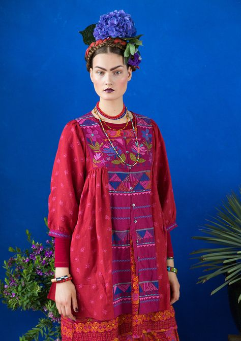 """Inspiration Frida Kahlo – GUDRUN SJÖDÉN – """"Luisa"""" tunic in viscose/linen Like a Mexican dream, our """"Luisa"""" tunic features pretty floral print at the bottom hem and a lavishly embroidered yoke at the front and back. With mother-of-pearl buttons and a concealed front pocket, this is love at first sight. Standard fit, but generous fit over the hips. Article number 67608 Price £ 139 Club price £ 119"""