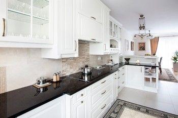 Kuchnia W Stylu Angielskim Z Czarnymi Dodatkami Kamienne Blaty Podszafkowy Kitchen Cabinets Kitchen Decor