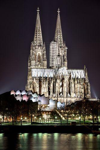 Cologne Cathedral, Germany. Obras como a Monumental e Maravilhosa Catedral de Colônia, são prova de que o ser humano pode, se quiser, só realizar boas obras. É Maravilhosa em todos os seus detalhes, internos e externos, como a Sagrada Família, em Barcelona e o MONTE SAN MICHAEL, na França.