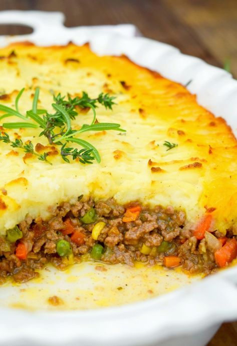 Alton Brown Shepherd's Pie - - Shepherd's pie is an incredible comfort food. Delicious, super flavorful meaty filling topped with a mound of rich, buttery mashed potatoes! Easy Pie Recipes, Meat Recipes, Cooking Recipes, Healthy Recipes, Wing Recipes, Delicious Recipes, Alton Brown Shepherds Pie, German Shepherds, Shepherd's Pie