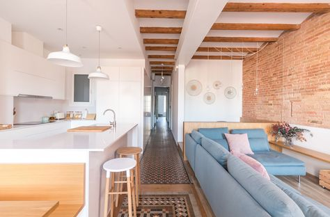 """This house is located in the heart of the well known """"ensanche"""" district of Barcelona and responds to the typology of housing that was established in Barcelona in the early twentieth century. An elongated floor."""