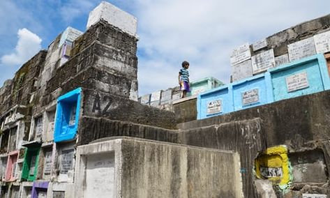 Graveyard living: inside the 'cemetery slums' of Manila ...