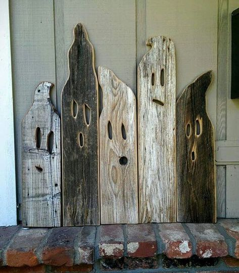 how to degorate your home for Halloween. gosts made out of old wood. perfet decoration for Halloween Adornos Halloween, Manualidades Halloween, Halloween Wood Crafts, Fall Halloween, Fall Wood Crafts, Rustic Halloween Decorations, Halloween Ghosts, Rustic Crafts, Halloween Decorating Ideas