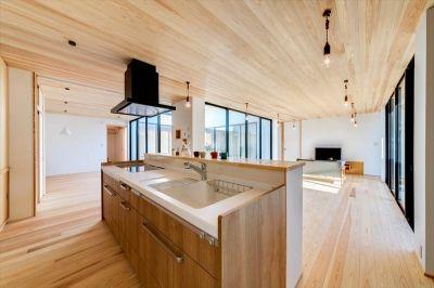 平屋 回廊の家 木目調のアイランドキッチンのあるldk 注文住宅
