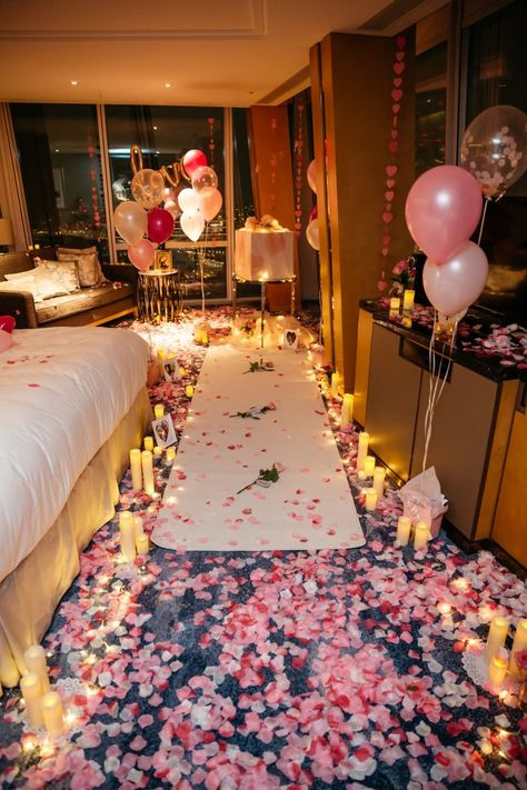 Man Turns Hotel Room into Fairytale Surprise Proposal for His Girlfriend for girlfriend surprise Romantic Room Surprise, Romantic Birthday, Romantic Night, Romantic Dates, Romantic Dinners, Romantic Ideas, Romantic Proposal, Romantic Gifts, Romantic Weddings