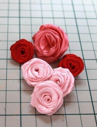 Un tuto pour faire des roses en ruban.+ une vidéo