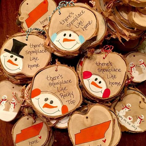 paint wood slices for sweet ornaments homemadechristmas Christmas Ornament Crafts, Christmas Deco, Diy Christmas Gifts, Rustic Christmas, Handmade Christmas, Holiday Crafts, Beach Christmas, Wood Slice Crafts, Homemade Ornaments