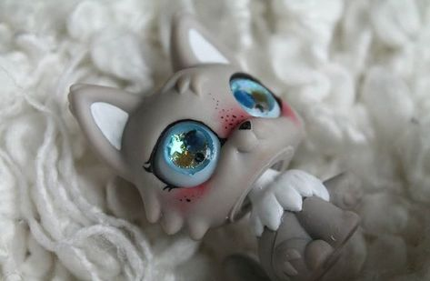 This LPS was customized by @pumpkinscustoms on Instagram, and it was a commission for someone. Their commissions are currently closed, but if they re open, I really want one that looks just like this :)