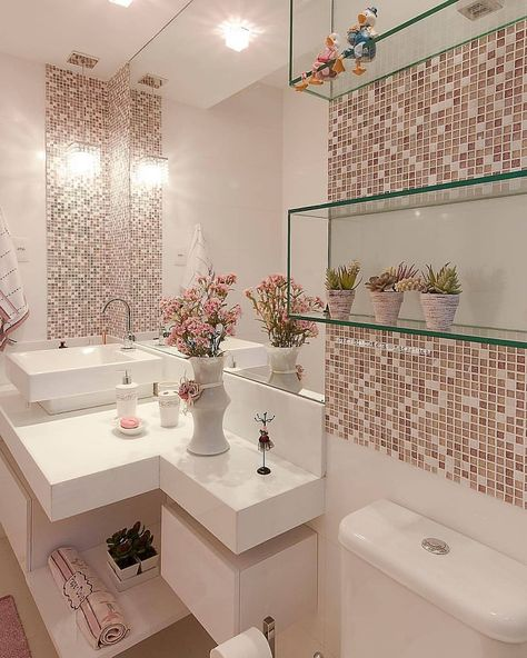 White bathroom with dry pink tones and glass niches! Save this idea that ...-#archilovers #architecture #architecturelovers #arquitetura #banheirodecorado #bathroom #bathroomdesign #casacor #decor #decoração #decore #homedesign #homeinspiration #homestyle #inspiracao #inspiraçãodecor #inspiraçãododia #inspiration #instadecor #instadesign #instagood #instahome #interiordesign #interiordesignerslife #interiors #lavabo #mobiliário #moveisplanejados #moveissobmedida