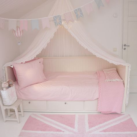 Girlsroom, flickrum, barnerom, bunting, vimplar, pastel, pastell, lorenacanals, farmhouseshop, molban, annashjartan