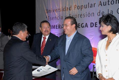 El mandatario estatal entregó los primeros títulos universitarios y los primeros certificados de bachillerato de la Universidad Popular Autónoma de Veracruz (UPAV).