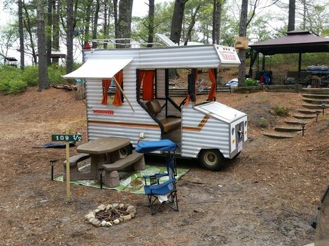 Get ready to take your fall camping up a notch this year with these easy ideas for decorating your campsite and golf cart! Custom Golf Carts, Golf Cart Batteries, Outside Bars, Trunk Or Treat, Vintage Trailers, Vintage Campers, Go Kart, Golf Tips, Campsite