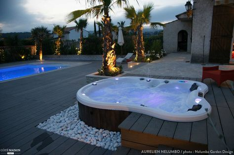 Un espace avec piscine et jacuzzi d'environ 1000 m² à Antibes avec un esprit tropical contemporain - plus de photos sur Côté Maison