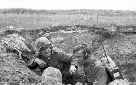 """1943, Russie, Un radio allemand et un """"Feldwebel"""" à l'abri d'un trou sur le champ de bataille 4/5"""