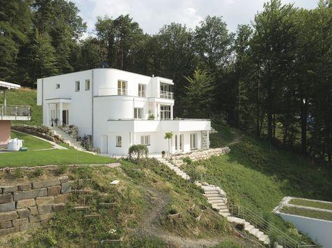 Weißes Haus am Hang mit bodentiefen Fenstern hausideen - garageneinfahrt am hang