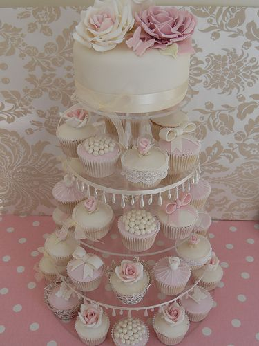 Everything I love about English sugarcrafting . . . 'Just LOOK at those soft roses on top of this cake . . . and the LACE on the rose cupcake below!