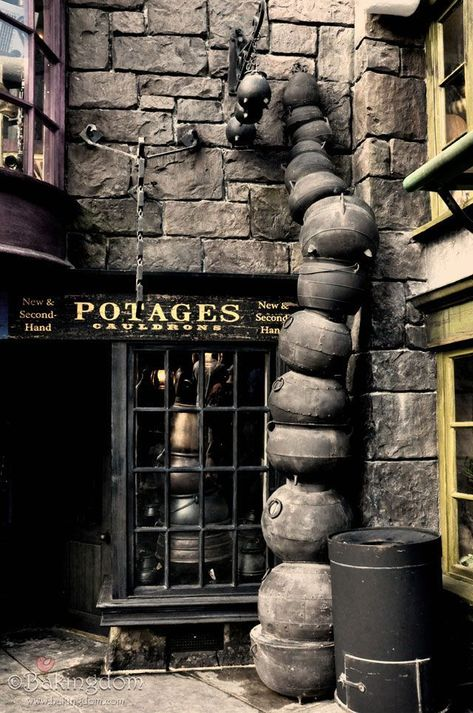 First Look Inside the Wizarding World of Harry Potter - This page has some amazing photos of the Harry Potter Theme Park in Orlando. Harry Potter Themenpark, Harry Potter Thema, Mundo Harry Potter, Harry Potter Halloween, Harry Potter Universal, Harry Potter Places, Harry Potter Diagon Alley, Orlando Parks, Orlando Magic
