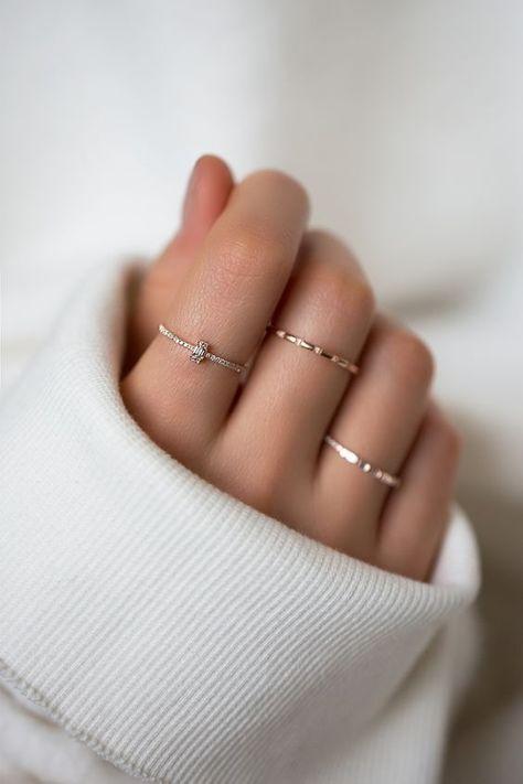 Anillos delgados Dale los toques finales a tu look con un par de anillos de plata u oro. Puedes hazta combinar los colores.