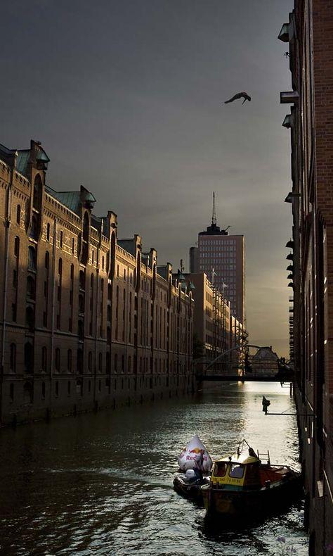 Die Speicherstadt im Hamburger Hafen. - Wusstet ihr, dass Hamburg mehr als 1300 km Wasserwege und 2500 Brücken hat? - Mehr als Venedig. Ein echtes Erlebnis, Hamburg mit dem Paddelboot zu erkunden. Die gibt es an der Alster etc. zu mieten. ..... Old stores in the harbour of Hamburg, Germany